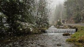 Winterwasserfall-Schneejahreszeit Ansicht von der Oberseite stock video
