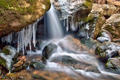Winterwasserfall und -eiszapfen Stockfotografie