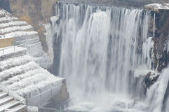 Winterwasserfalllandschaft Stockfotos