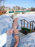 Winterweg nach einer Sauna stockfotografie