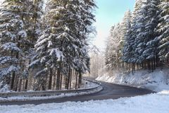 Winterwetter, Schnee auf der Straße Schneeunglück auf der Straße Stockfotografie