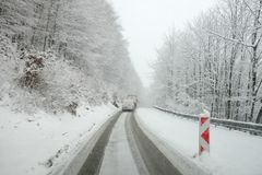 Winterwetter, Schnee auf der Straße Schneeunglück auf der Straße Stockbilder