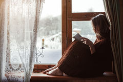 Winterwochenenden im alten Blockhaus Lizenzfreie Stockbilder