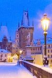 Winterzeit-Charles-Brücke, Prag, Tschechische Republik Stockfotos