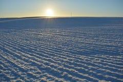 Winterzeit-Landwirtschafts-Bauernhoffeld und Morgensonnenlicht Lizenzfreies Stockfoto