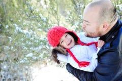 Winterzeit-Vater-und Tochter-Küssen Stockfotografie