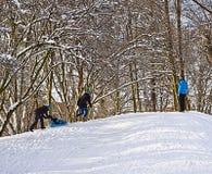 Winterzeitleute genießen den Schnee draußen Stockbild