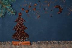 Winterzusammensetzung Weihnachtsbaum gemacht durch Kaffeebohnen mit nächtlichem Himmel durch Anisstern und -schokolade Grußkarte  Lizenzfreie Stockfotografie