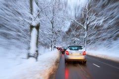 Wintry trafikera på vägen Fotografering för Bildbyråer