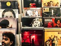 Winylowego rejestru skrzynki Sławni muzyka zespoły Dla sprzedaży W Music Store Obrazy Stock