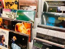Winylowego rejestru skrzynki Sławni muzyka zespoły Dla sprzedaży W Music Store Fotografia Royalty Free