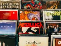 Winylowego rejestru skrzynki Sławni muzyka zespoły Dla sprzedaży W Music Store Fotografia Stock