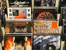 Winylowego rejestru skrzynki Sławni muzyka zespoły Dla sprzedaży W Music Store Zdjęcie Stock