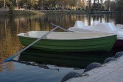 Wioślarska łódź przy molem obraz royalty free