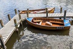 Wioślarskie łodzie cumowali przy Boweness na Windermere, Jeziorny Windermere Zdjęcia Stock