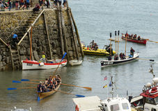 Wioślarskie łodzie kupczą przy schronienia wejściem przy Clovelly, Devon Obrazy Royalty Free