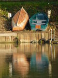 Wioślarskie łodzie na brzeg rzeki, Rzeczny Thames zdjęcia royalty free