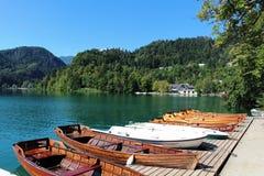 Wioślarskie łodzie dla dzierżawienia jeziora Krwawili Gorenjska Slovenia Obraz Royalty Free