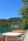 Wioślarskie łodzie dla dzierżawienia jeziora Krwawili Gorenjska Slovenia Fotografia Stock