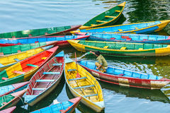 Wioślarskie łodzie na jeziorze w Pokhara, Nepal Obrazy Royalty Free