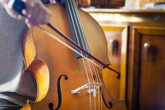 Wiolonczela bawić się muzycznym wykonawcą zdjęcia stock