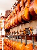 Wiolonczeli, skrzypce & altówki instrumenty Na pokazie, Zdjęcia Stock