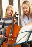 wiolonczelowej dziewczyny lekcyjny muzyczny bawić się Fotografia Royalty Free