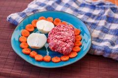 Wiosłuje mięso i warzywa słuzyć na stole fotografia stock