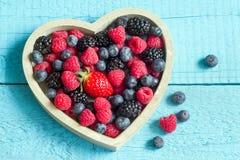 Wiosen owoc jagody w drewnianym sercu Fotografia Stock