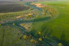 Wiosen pola, łąki, wąwozy przy zmierzchem od quadrocopter zdjęcia stock