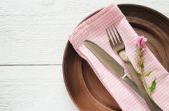 Wiosen stołowi położenia z świeżym kwiatem, pieluchą i silverware, Fotografia Stock