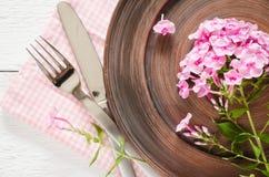 Wiosen stołowi położenia z świeżym kwiatem, pieluchą i silverware, Obrazy Royalty Free