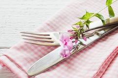 Wiosen stołowi położenia z świeżym kwiatem, pieluchą i silverware, Obraz Royalty Free