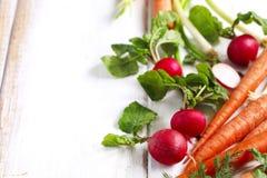 Wiosen warzywa na białym drewnianym tle z kopii przestrzenią Zdjęcie Stock