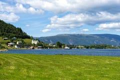 Wioska Brekke przy brzeg Risnesfjorden obraz stock