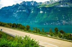 Wioska domowy pobliski Jeziorny Walensee i halny łańcuch, Szwajcaria zdjęcia stock