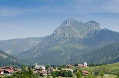 Wioska Grän w Tirol z halnym Aggenstein Obraz Stock