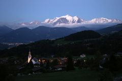 Wioska kordon z Mont Blanc w tle zaraz po zmierzchem fotografia stock