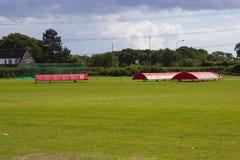 Wioska krykieta ziemia w Titchfield błoniu w Hampshire z pokrywami na miejscu w gotowości dla weekendu dopasowania obrazy royalty free
