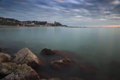 Wioska Lerici fotografował przy zmierzchem skałami z chodzenie chmurami i silky morzem zdjęcia stock