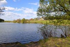 Wioska lokalizuje blisko lasowego jeziora Fotografia Royalty Free