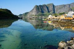 Wioska na tle góry wewnątrz lofoten wyspy, Norway obrazy royalty free