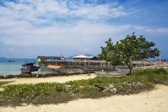 Wioska na wybrzeżu tropikalny morze Obrazy Stock