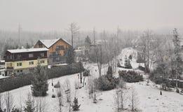 Wioska śnieg, budynki i drzewa z lasem w zimie -, i Zdjęcie Royalty Free