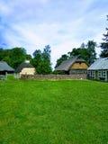 Wioska, ogrodzenie, niebo i zielona trawa, fotografia royalty free