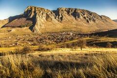 Wioska pod skałą w Transylvania zdjęcia royalty free