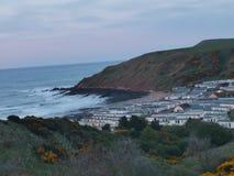 Wioska przeciw oceanowi zdjęcia stock