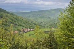 Wioska przy górą Zdjęcie Royalty Free
