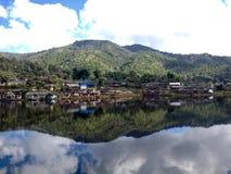 Wioska przy jeziorem Zdjęcie Stock