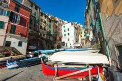 Wioska Riomaggiore miasteczko z kolorów domami i cumować łodziami Riomaggiore jest popularnym miasteczkiem w Cinque Terre parku n Zdjęcia Stock